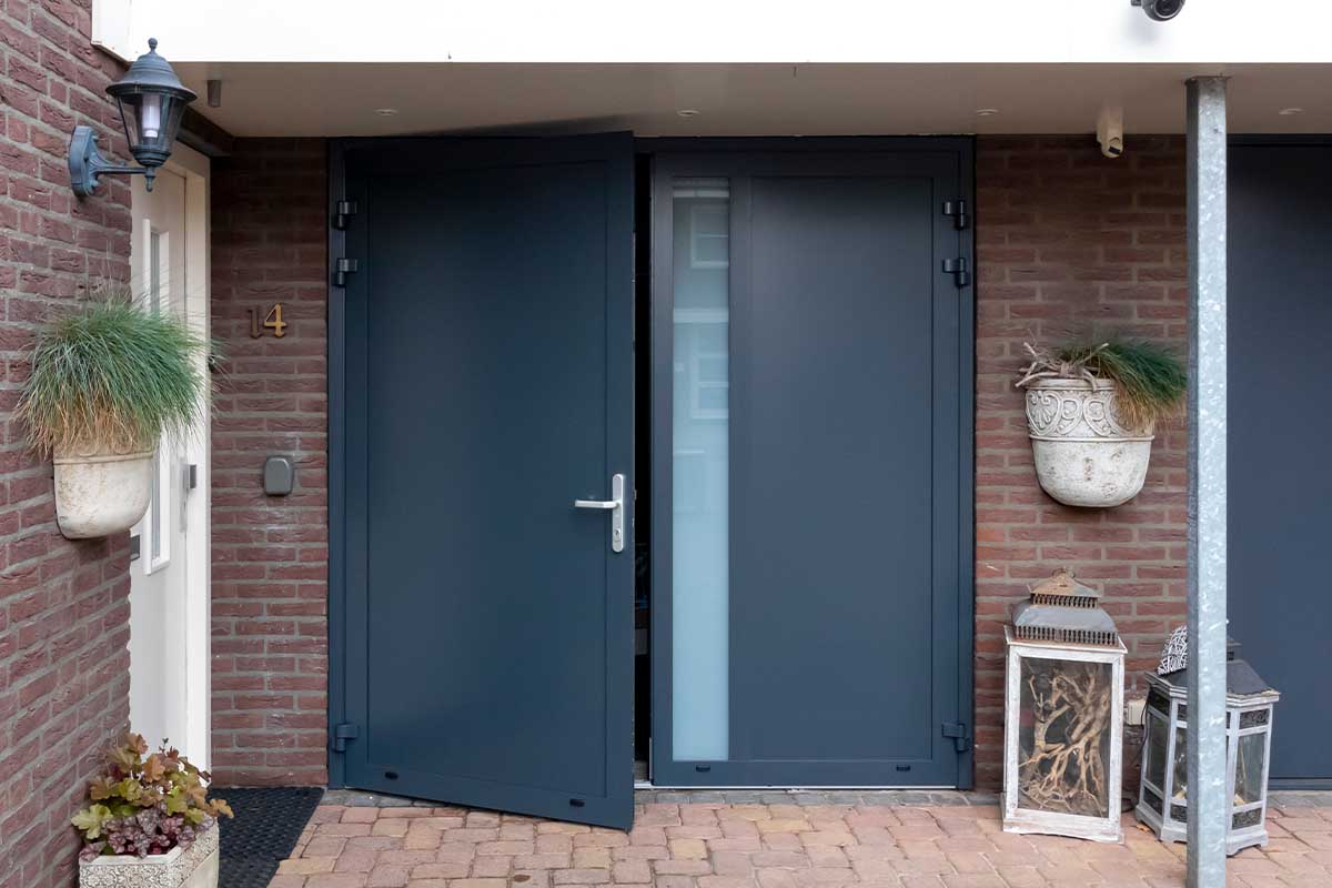 verticale glasstrook openslaande garagedeur