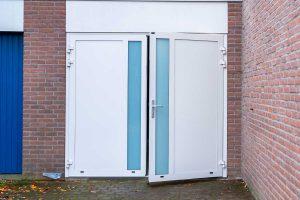 witte openslaande garagedeur met glas