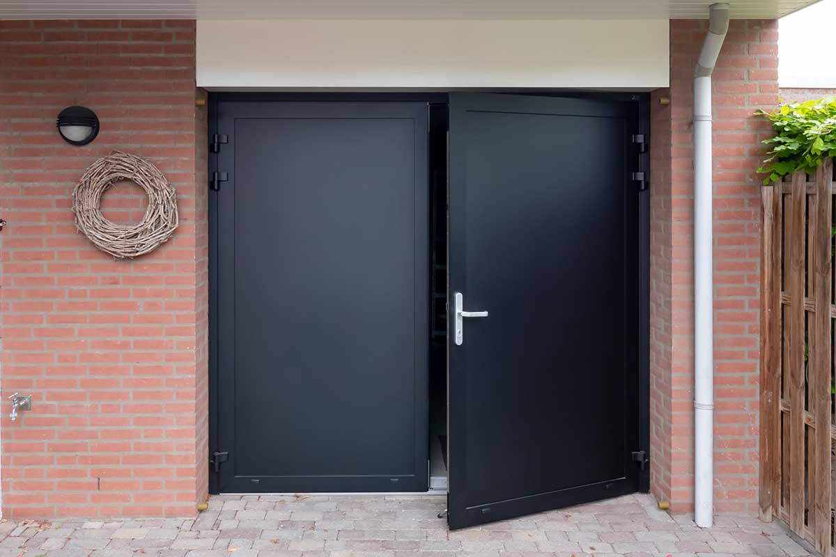 zwarte openslaande garagedeur