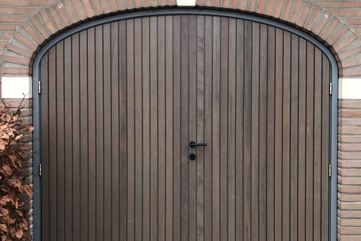 getoogde houten openslaande garagedeur