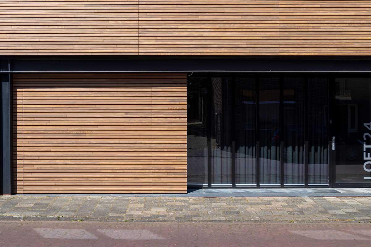 houten-sectionaaldeur-gelijk-met-de-gevel-en-gevelbekleding (1)