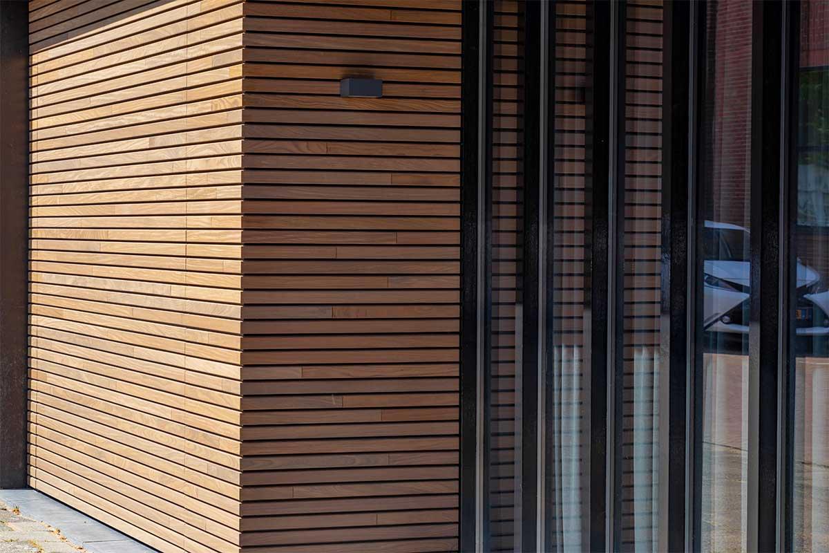 houten-sectionaaldeur-gelijk-met-de-gevel-en-gevelbekleding (2)