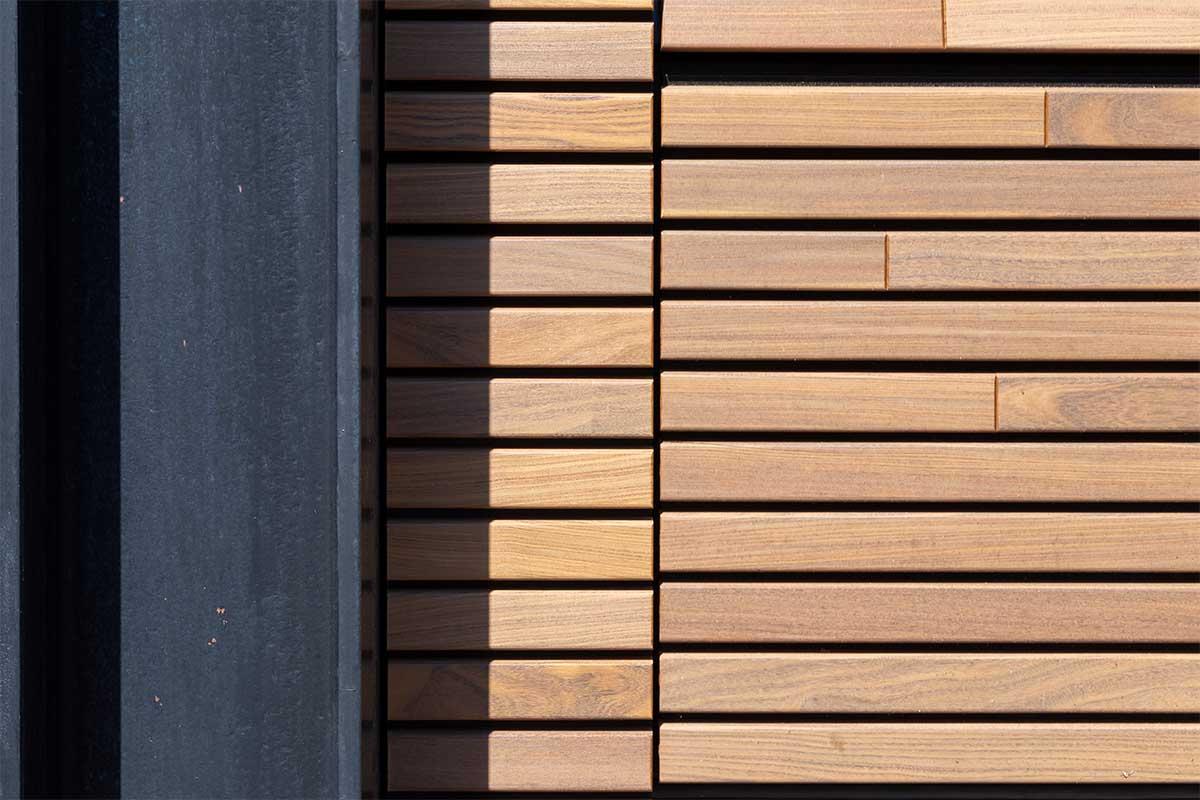 houten-sectionaaldeur-gelijk-met-de-gevel-en-gevelbekleding (3)