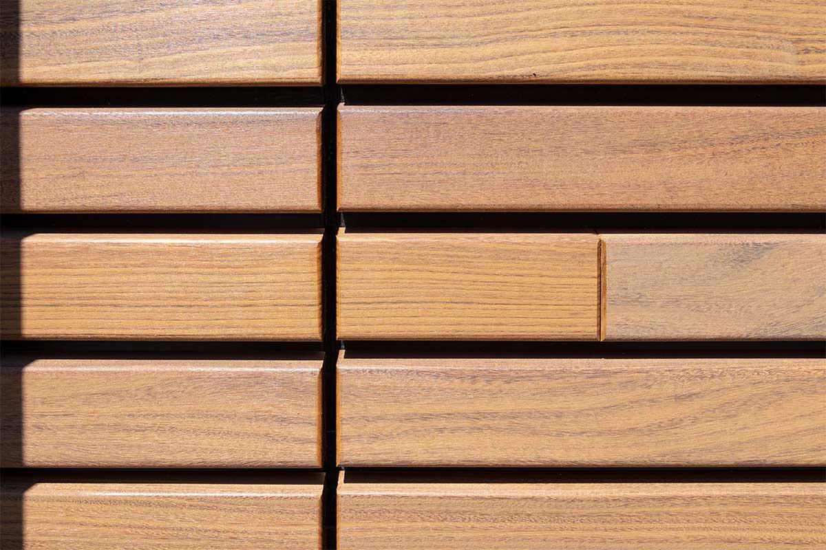 houten-sectionaaldeur-gelijk-met-de-gevel-en-gevelbekleding (6)