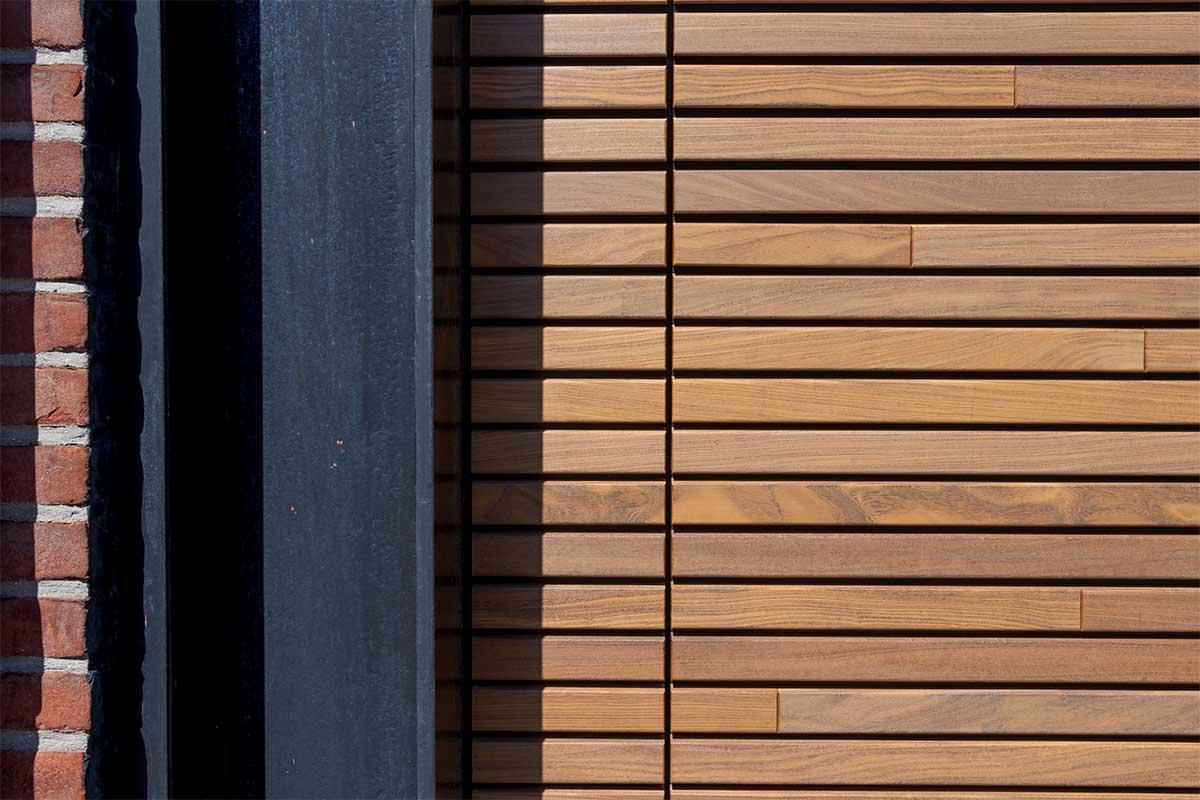 houten-sectionaaldeur-gelijk-met-de-gevel-en-gevelbekleding (8)