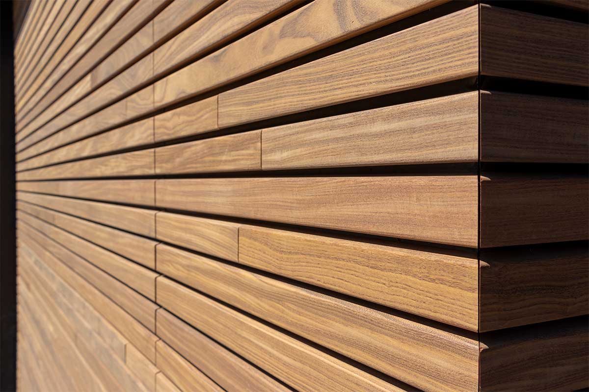 houten-sectionaaldeur-gelijk-met-de-gevel-en-gevelbekleding (9)