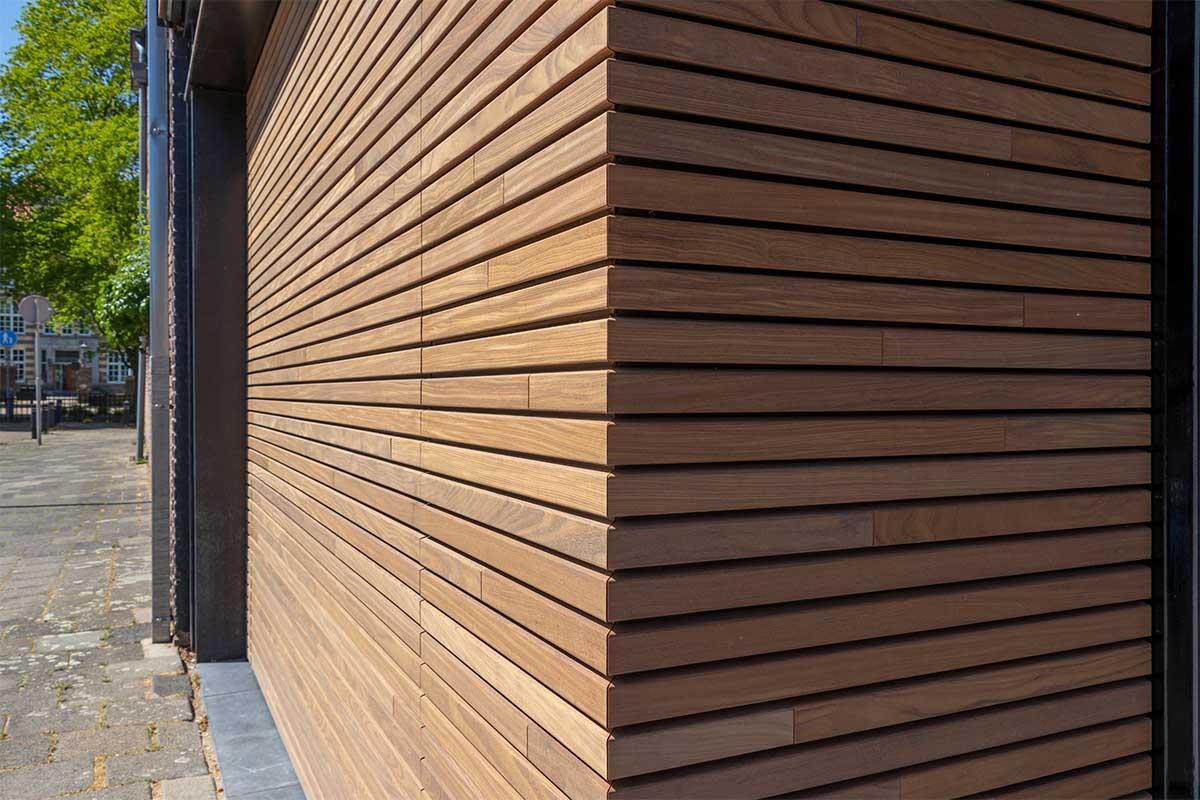houten-sectionaaldeur-gelijk-met-de-gevel-en-gevelbekleding (10)