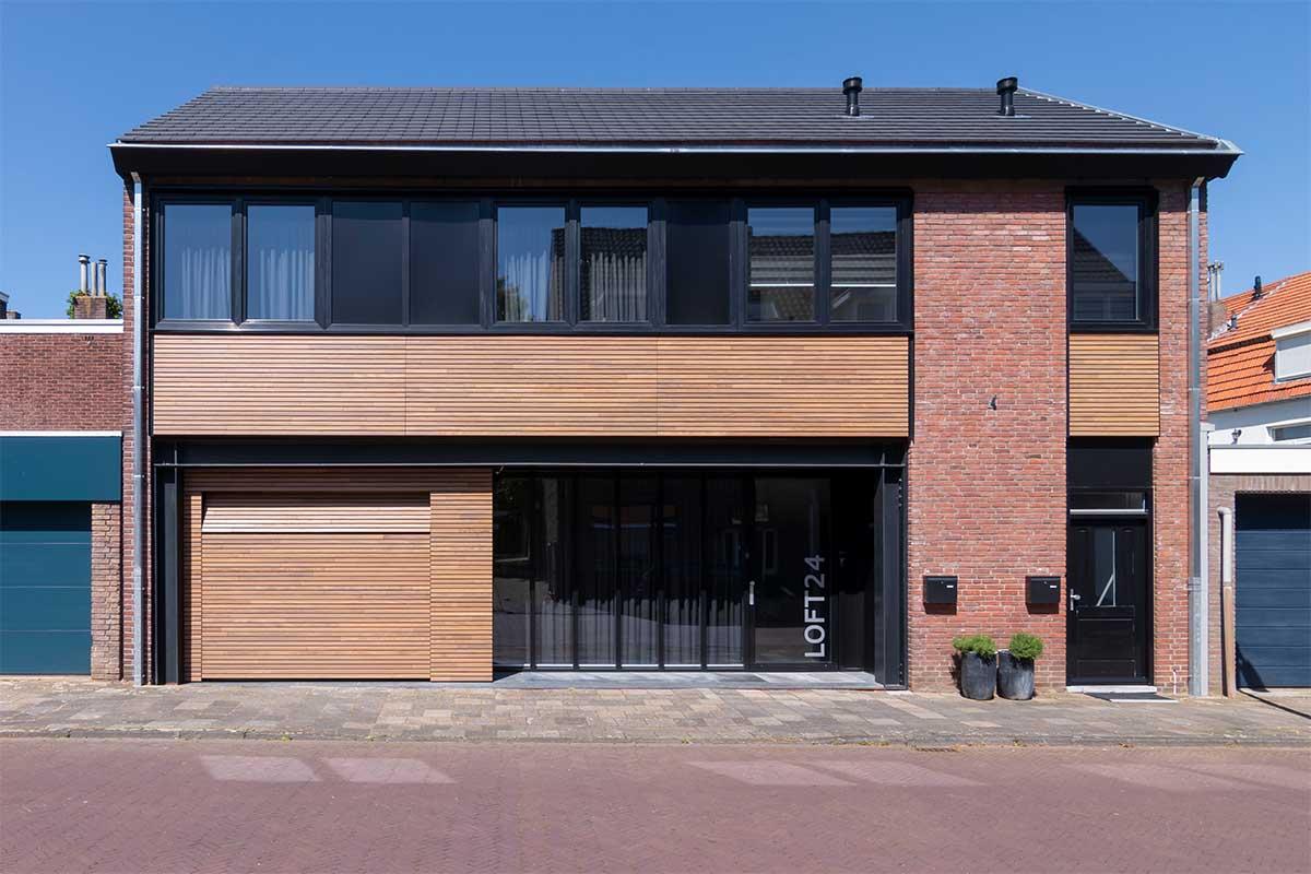 houten-sectionaaldeur-gelijk-met-de-gevel-en-gevelbekleding (12)