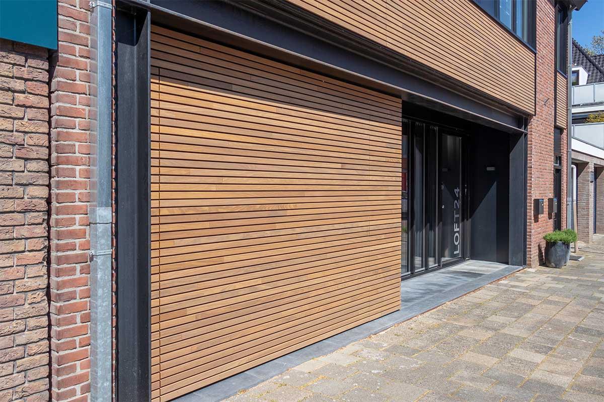 houten-sectionaaldeur-gelijk-met-de-gevel-en-gevelbekleding (20)