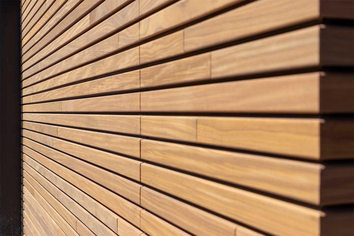 houten-sectionaaldeur-gelijk-met-de-gevel-en-gevelbekleding (21)