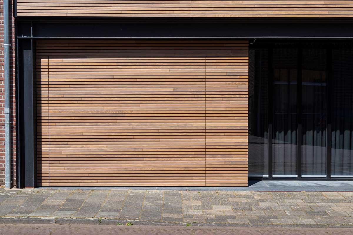 houten-sectionaaldeur-gelijk-met-de-gevel-en-gevelbekleding (23)