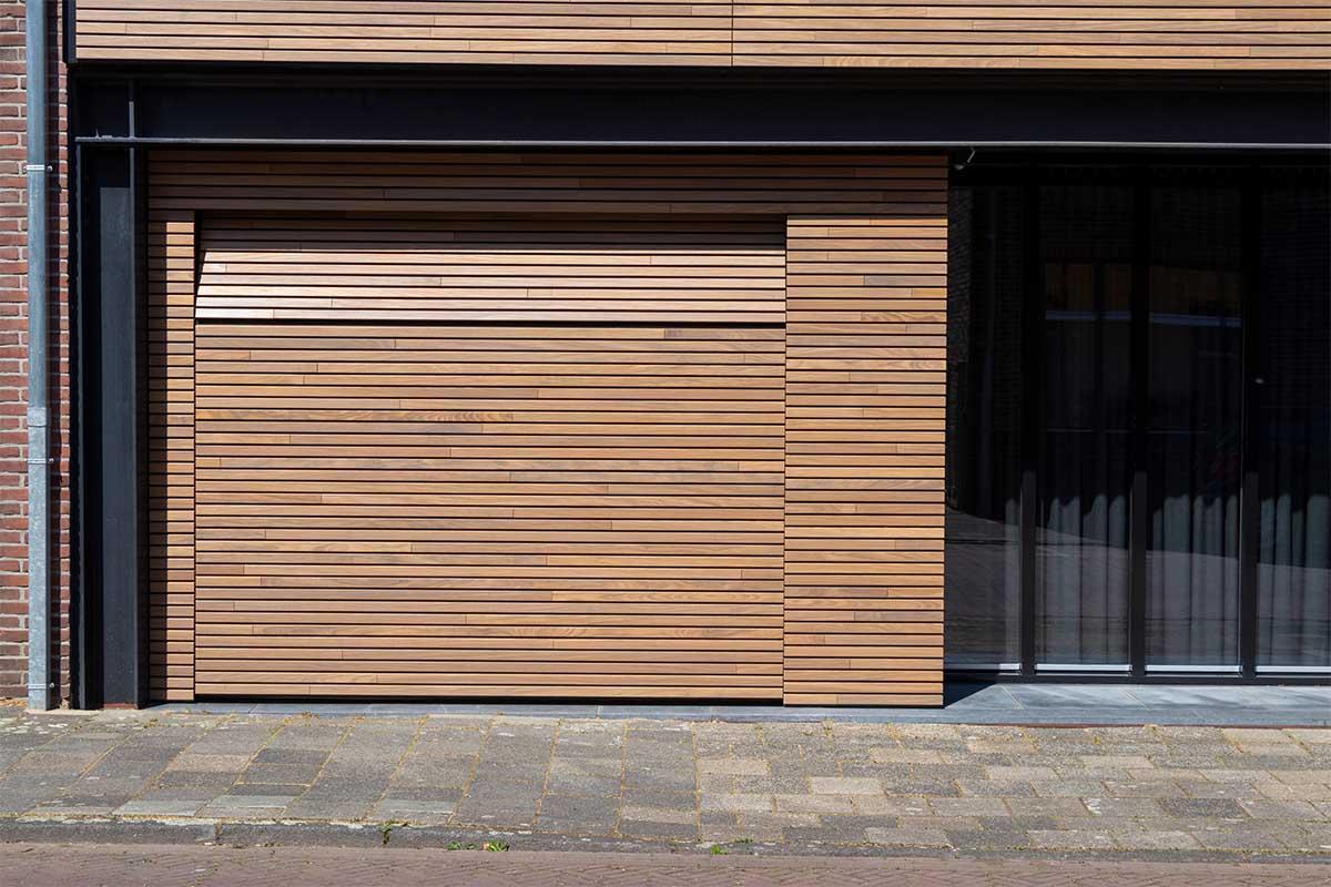houten-sectionaaldeur-gelijk-met-de-gevel-en-gevelbekleding (24)