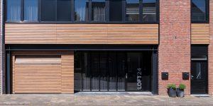 houten sectionaaldeur gelijk met de gevel en gevelbekleding