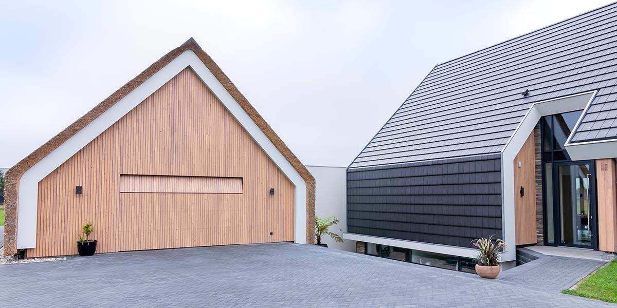 houten garagedeur bij schuurwoning