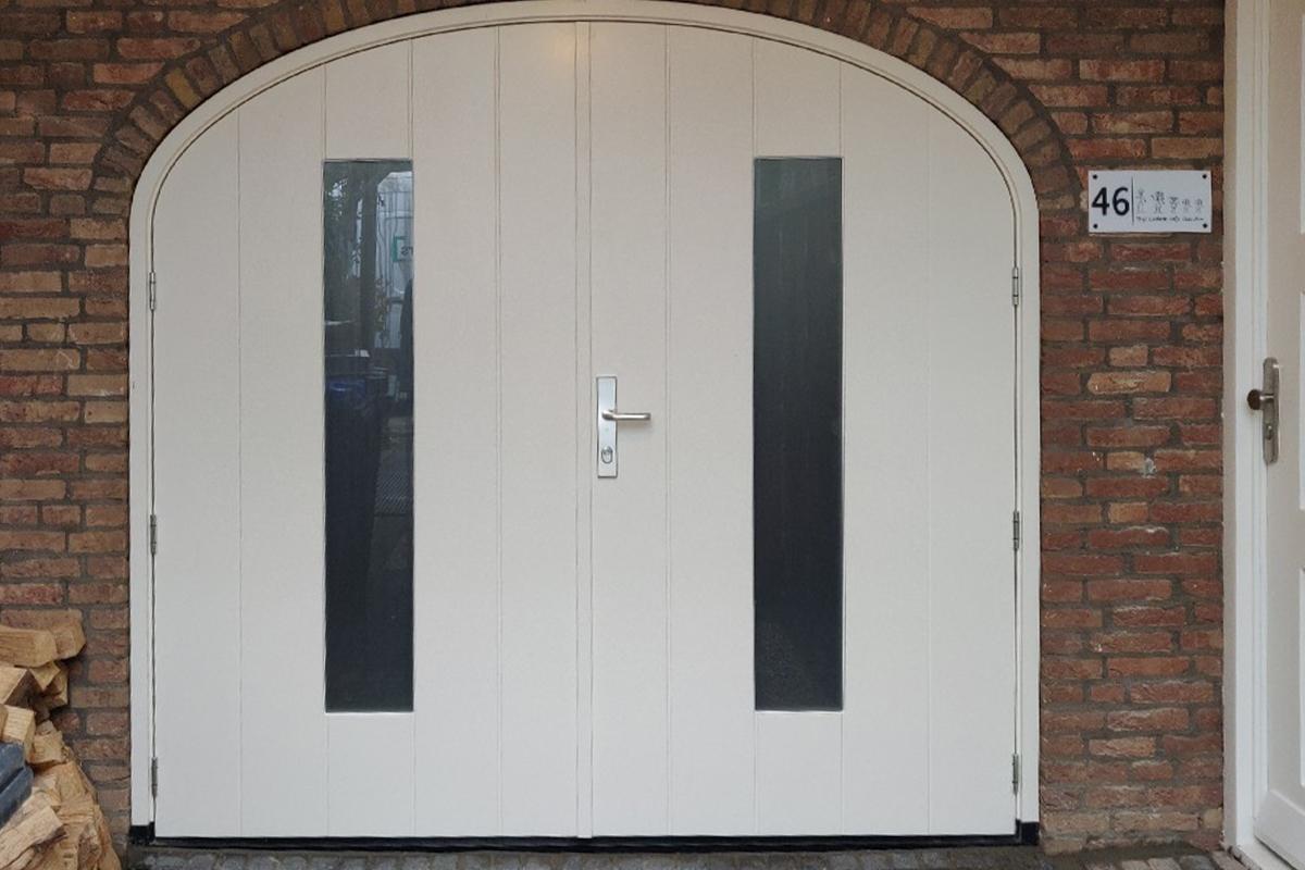 getoogde-houten-openslaande-garagedeur