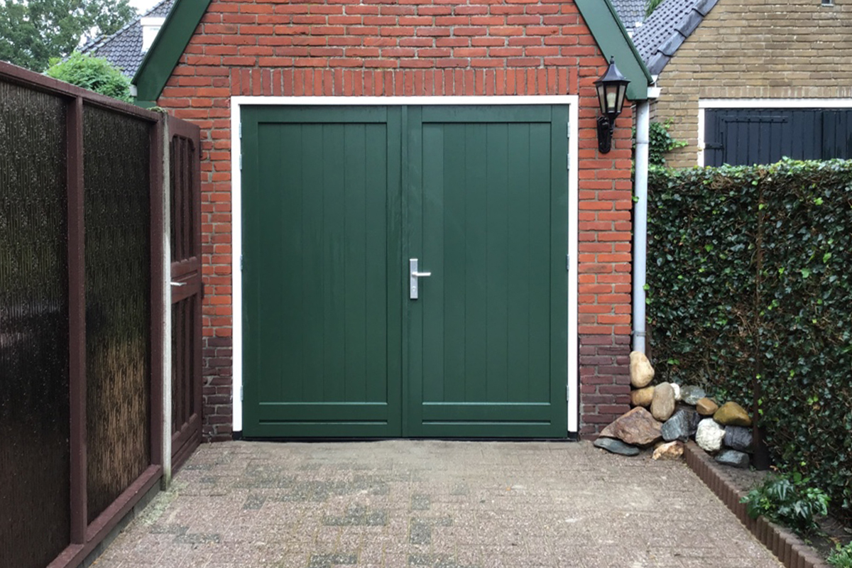 groene-houten-openslaande-garagedeur