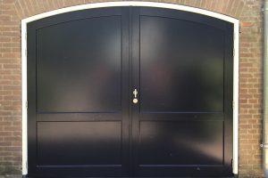 Houten-openslaande-garagedeur-getoogd