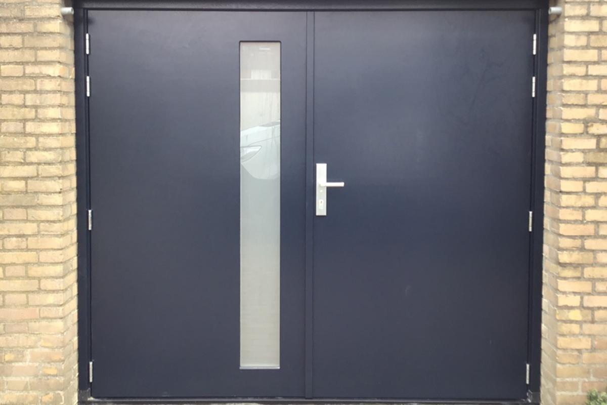 vlakke-houten-openslaande-garagedeur-met-glas