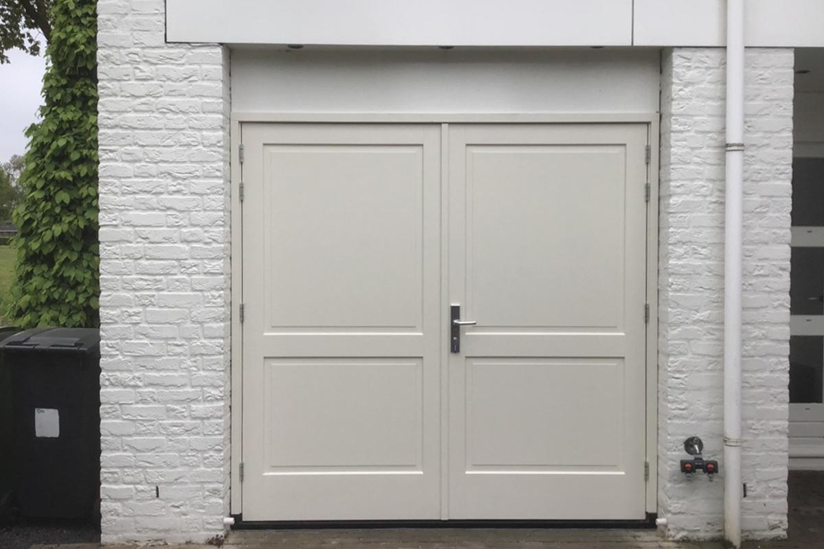 witte-houten-openslaande-garagedeur