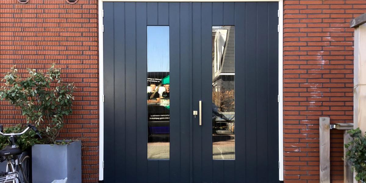 https://garagedeuren.s3.amazonaws.com/20201106164713/houten-openslaande-garagedeur.jpg