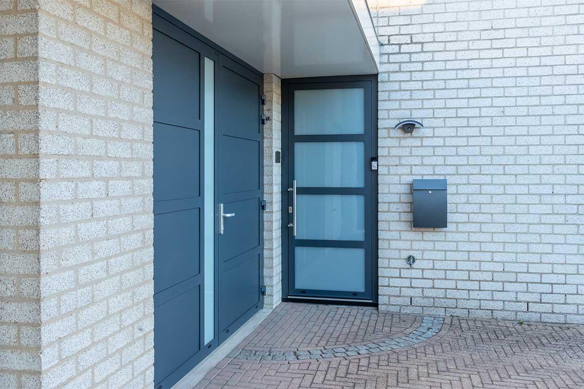 garagedeur en voordeur (16)