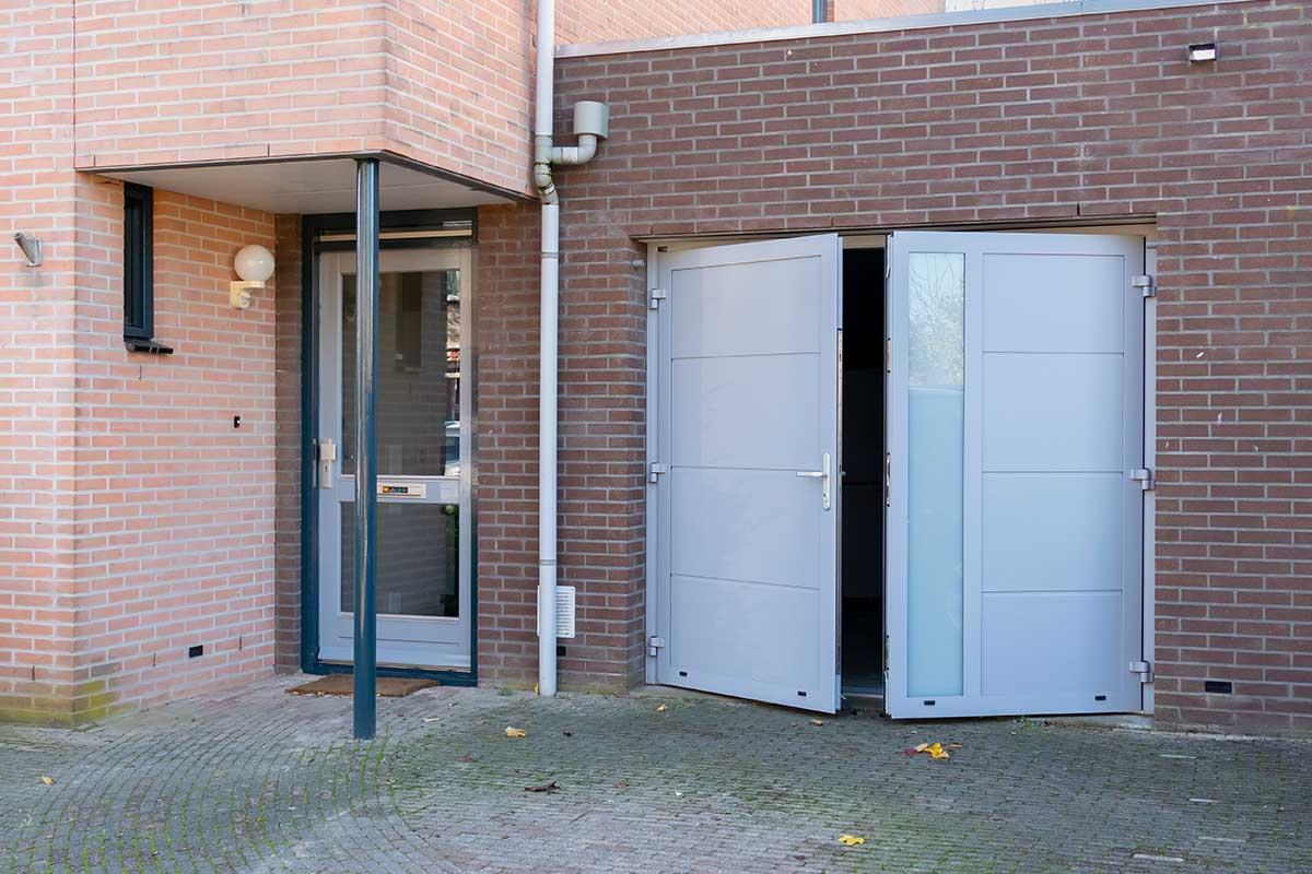 openslaande-garagedeur-verticaal-glas (10)