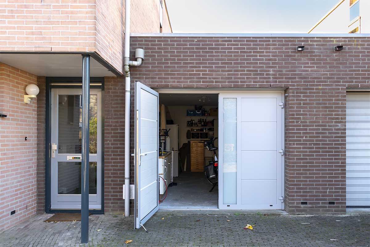 openslaande-garagedeur-verticaal-glas (15)