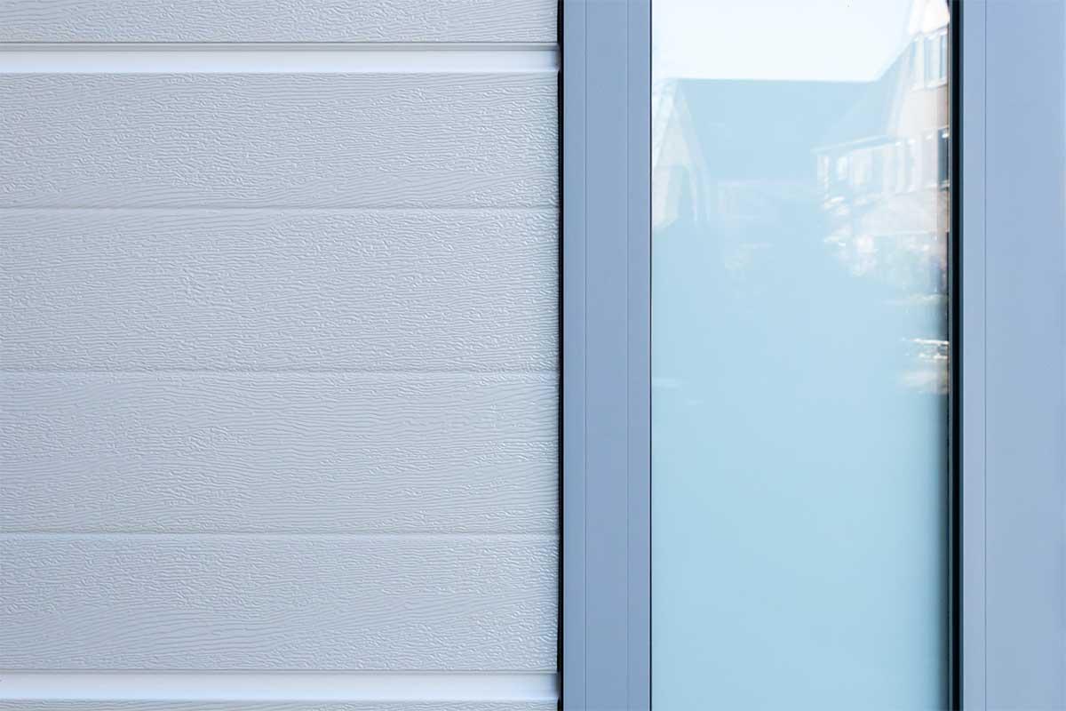 openslaande-garagedeur-verticaal-glas (19)