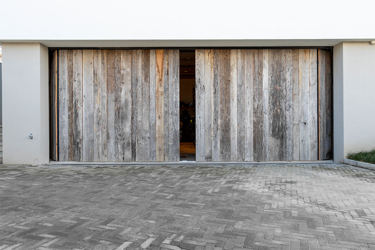 dubbele houten zijwaartse garagedeur (1)