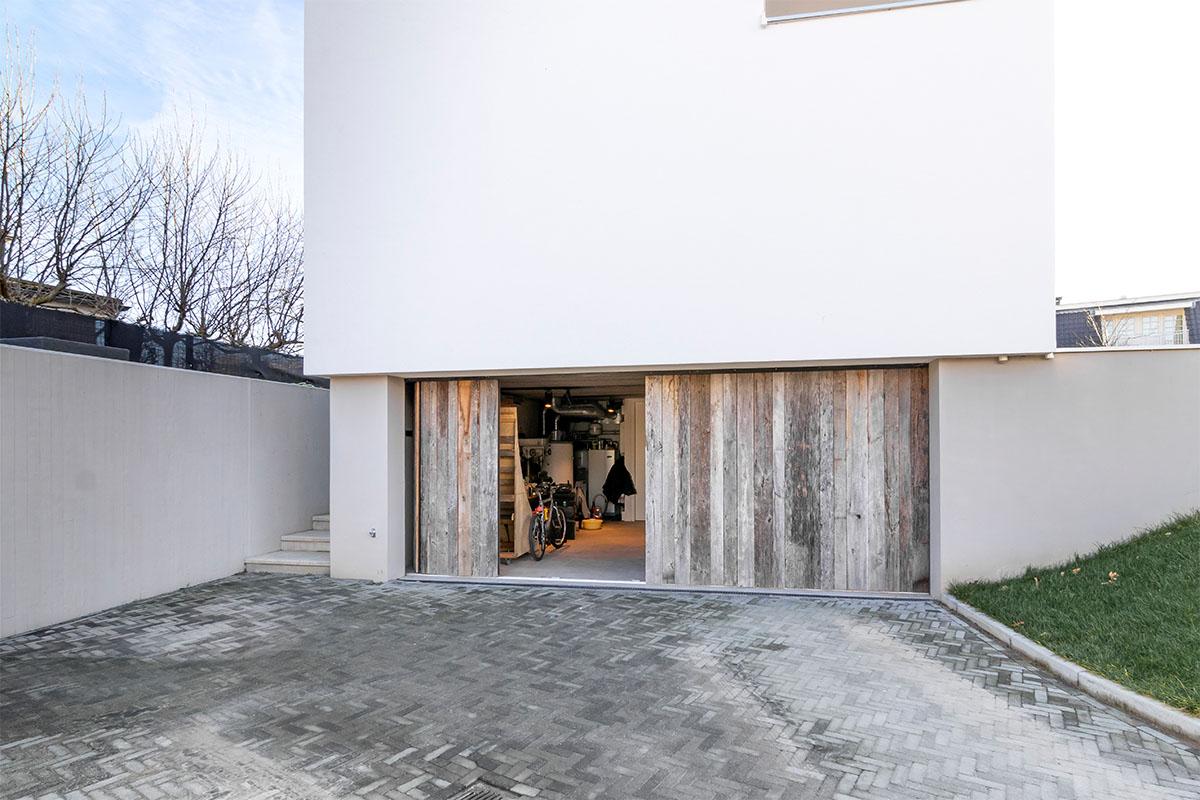 dubbele houten zijwaartse garagedeur (2)