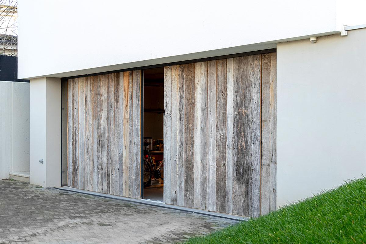 dubbele houten zijwaartse garagedeur (3)