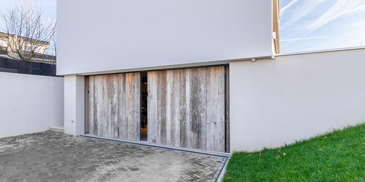 https://garagedeuren.s3.amazonaws.com/20210209172734/houten-zijwaartse-garagedeur-barnwood-1.jpg