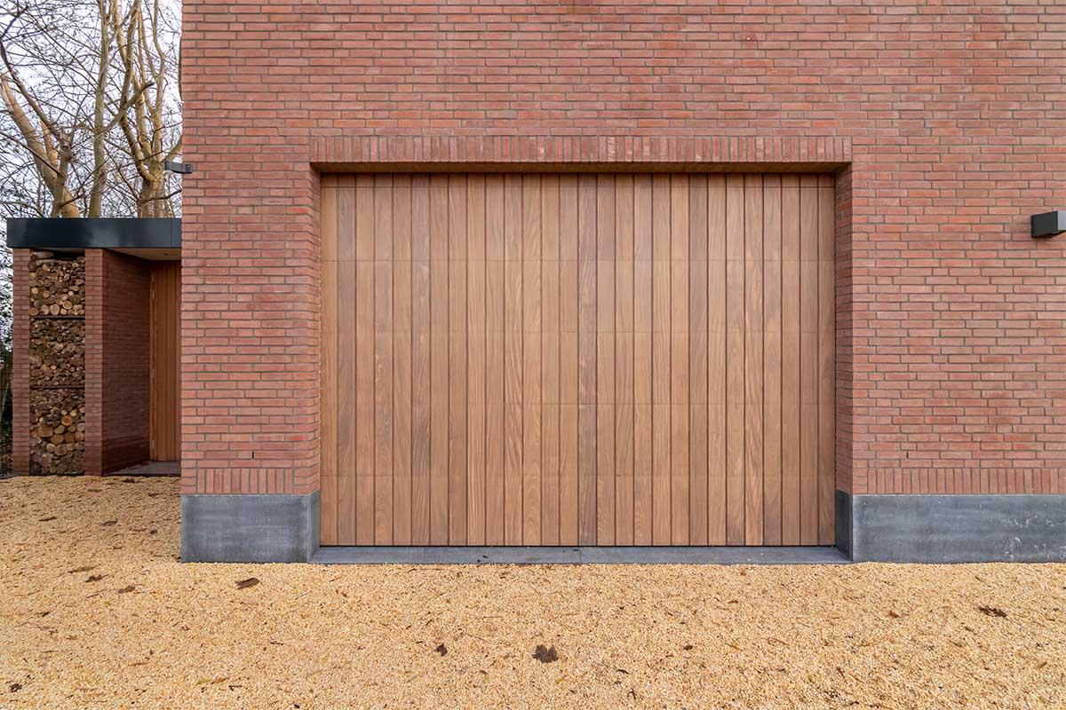 houten verticale garagedeur afrormosia (3)