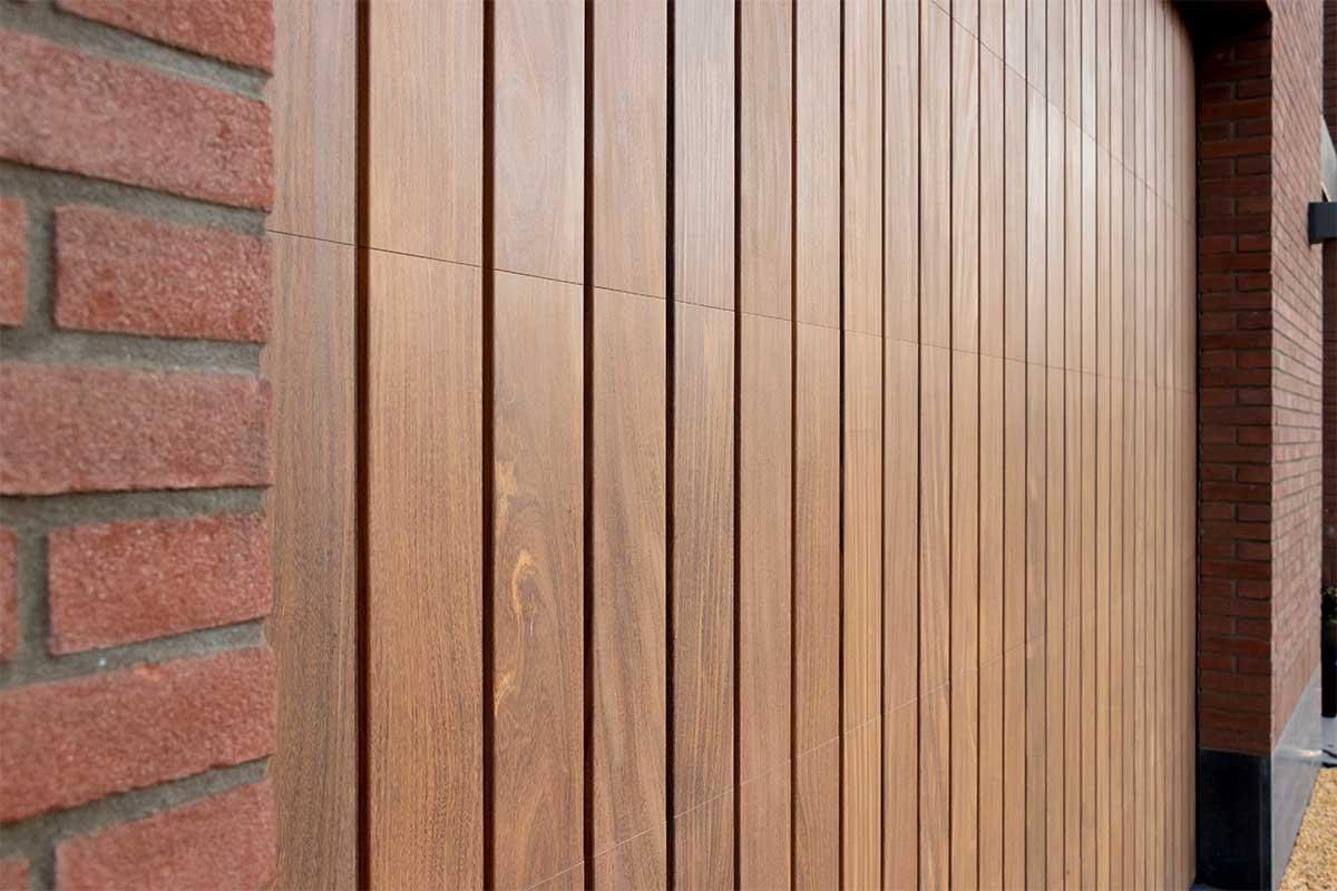 houten verticale garagedeur afrormosia (5)