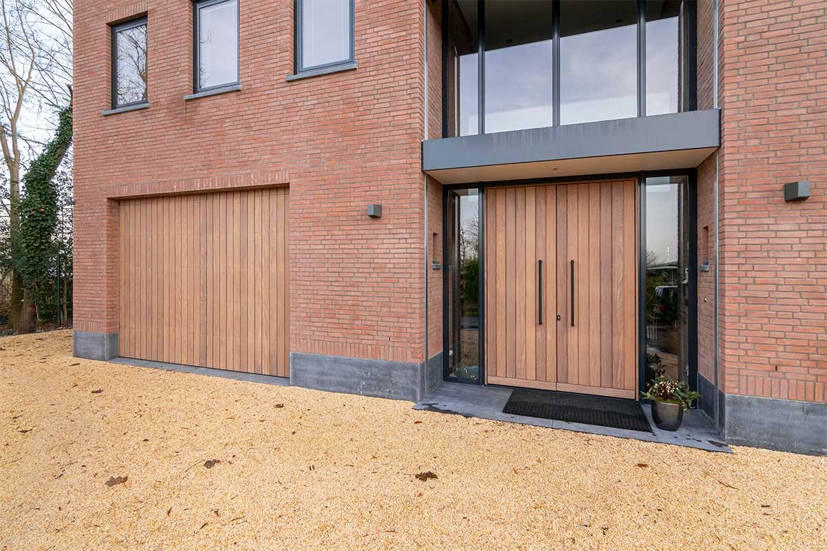 verticale houten garagedeur (2)