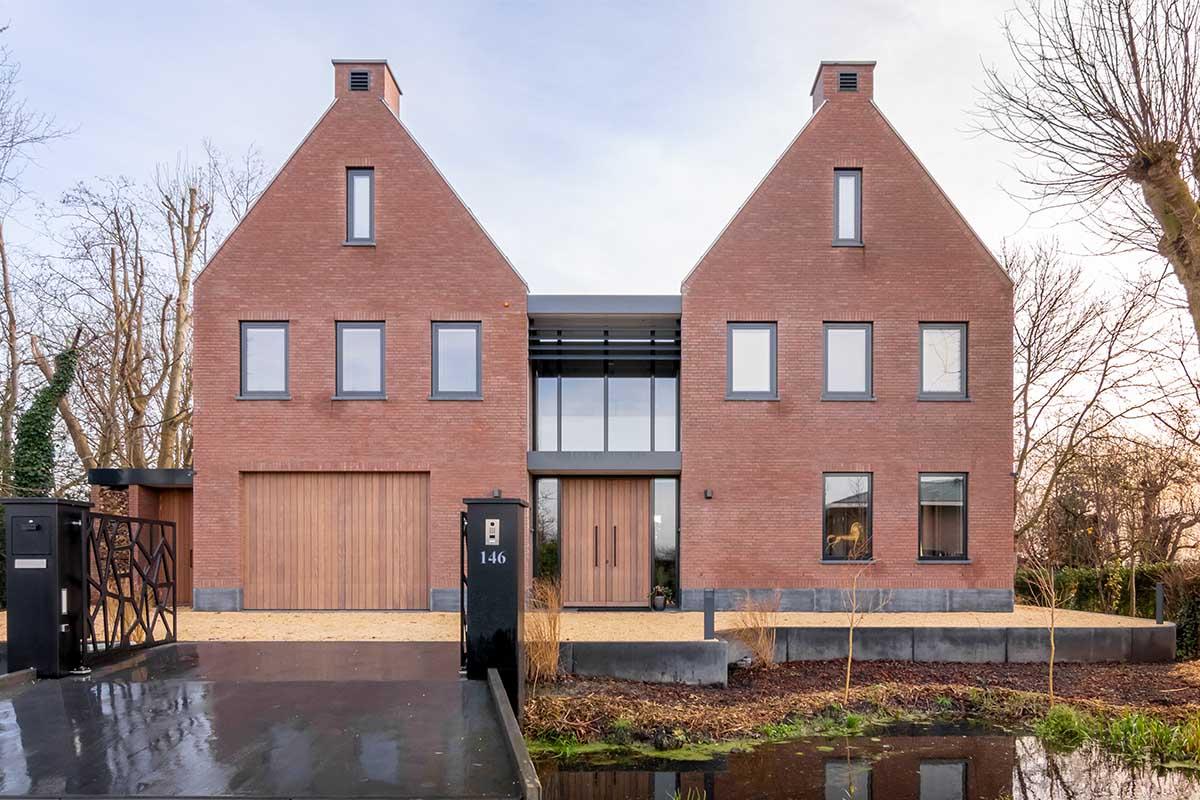villa voorzien van houten deuren (3)