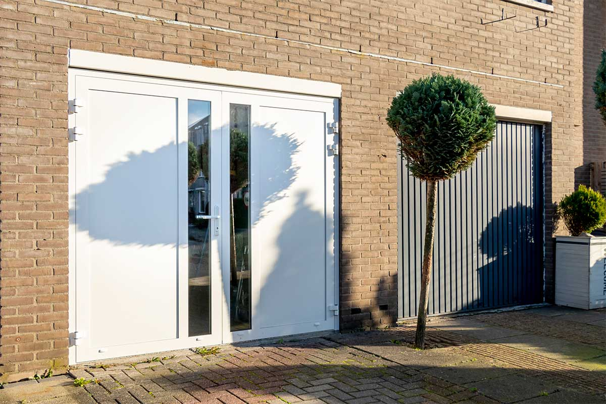 witte-openslaande-garagedeur-glas-verticaal-different-doors (16)