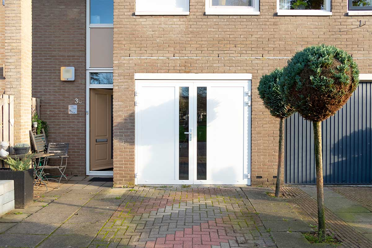 witte-openslaande-garagedeur-glas-verticaal-different-doors (14)