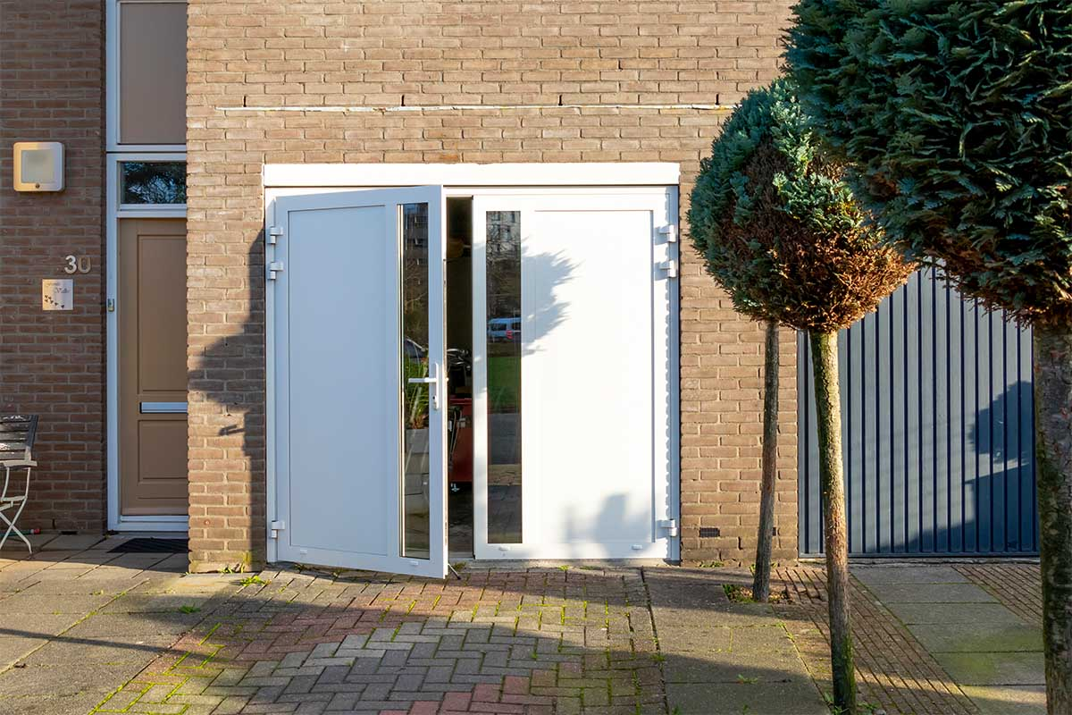 witte-openslaande-garagedeur-glas-verticaal-different-doors (12)