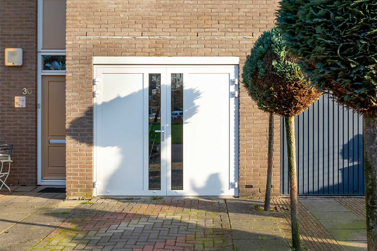 witte-openslaande-garagedeur-glas-verticaal-different-doors (13)