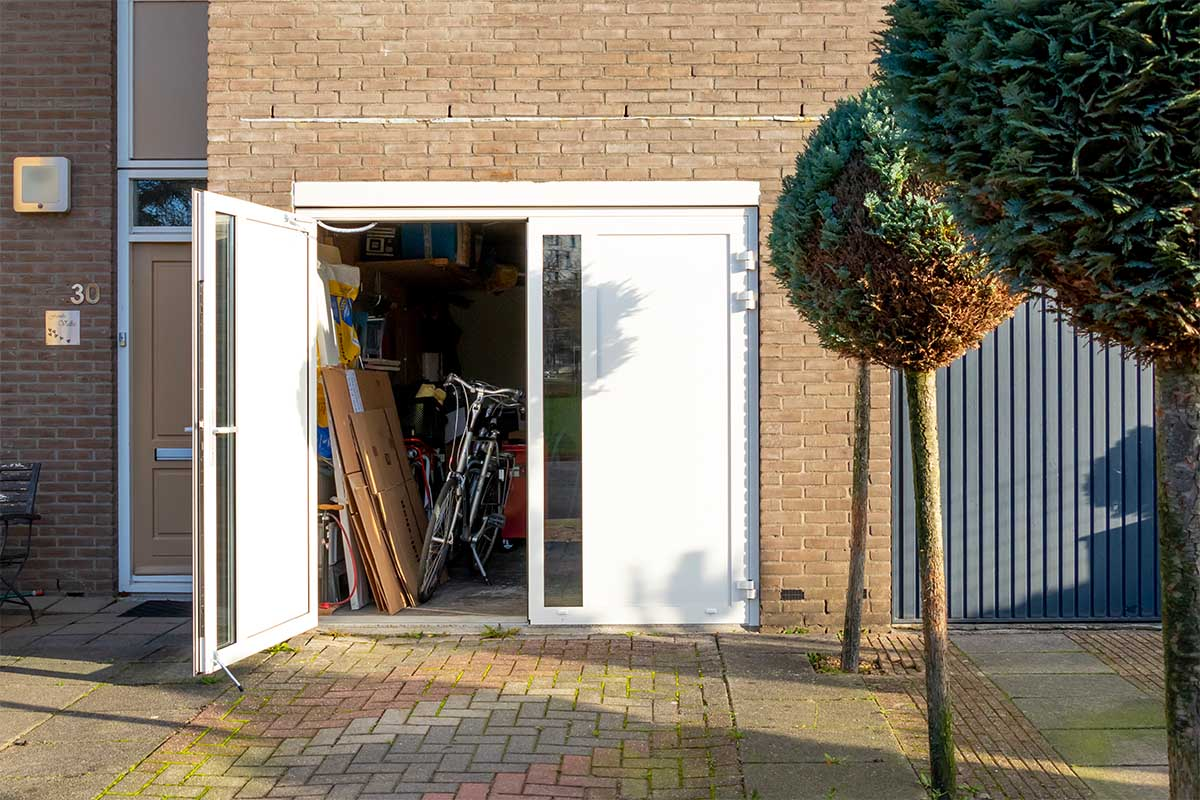 witte-openslaande-garagedeur-glas-verticaal-different-doors (11)