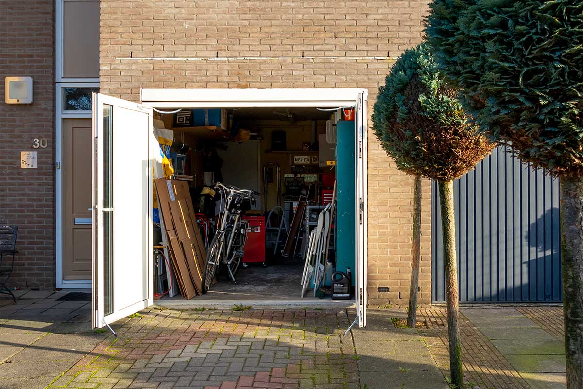 witte-openslaande-garagedeur-glas-verticaal-different-doors (10)