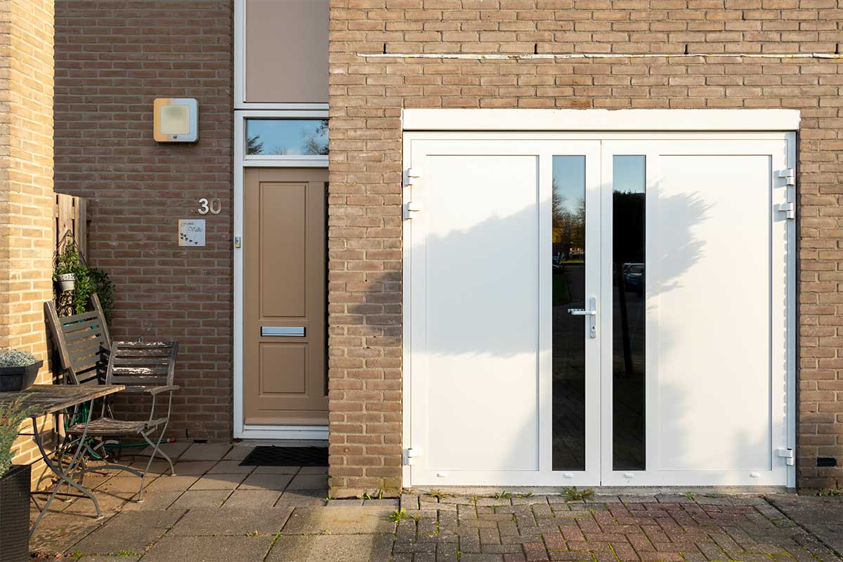 witte-openslaande-garagedeur-glas-verticaal-different-doors (7)