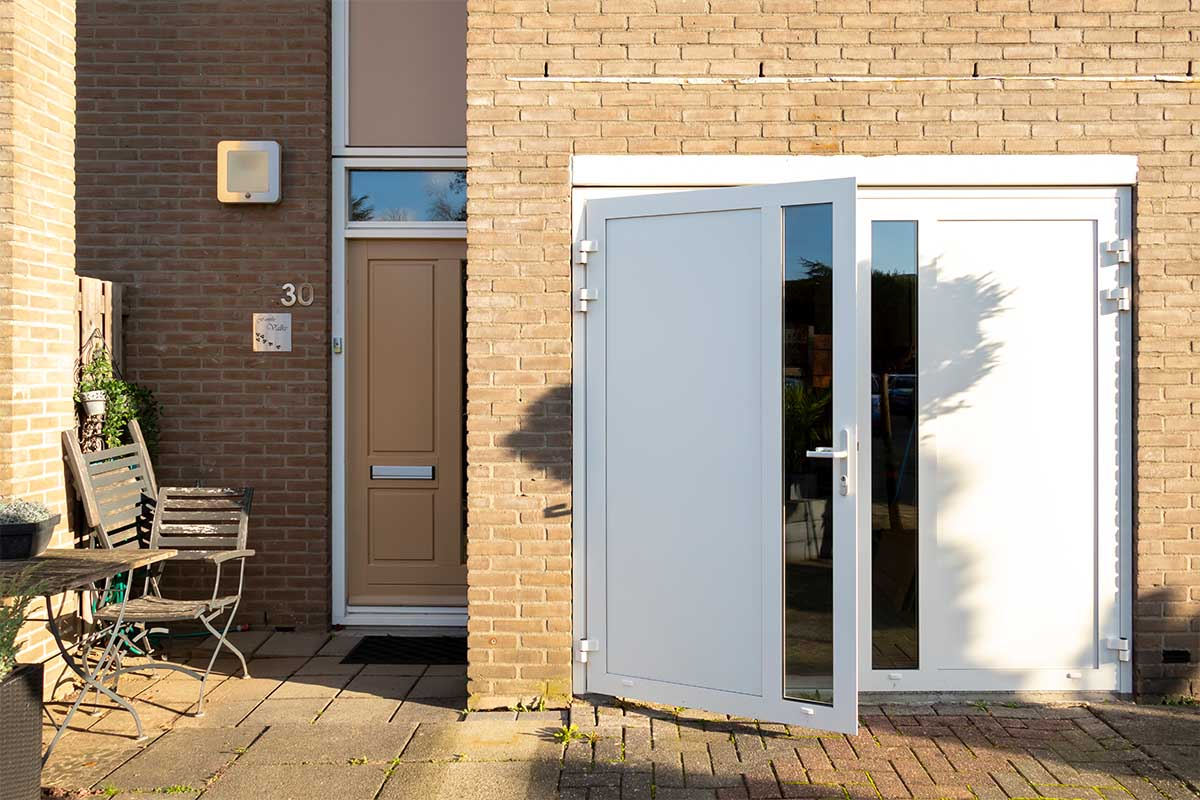 witte-openslaande-garagedeur-glas-verticaal-different-doors (6)