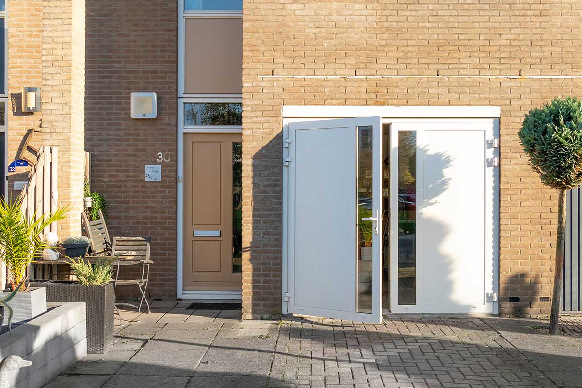 witte-openslaande-garagedeur-glas-verticaal-different-doors (4)