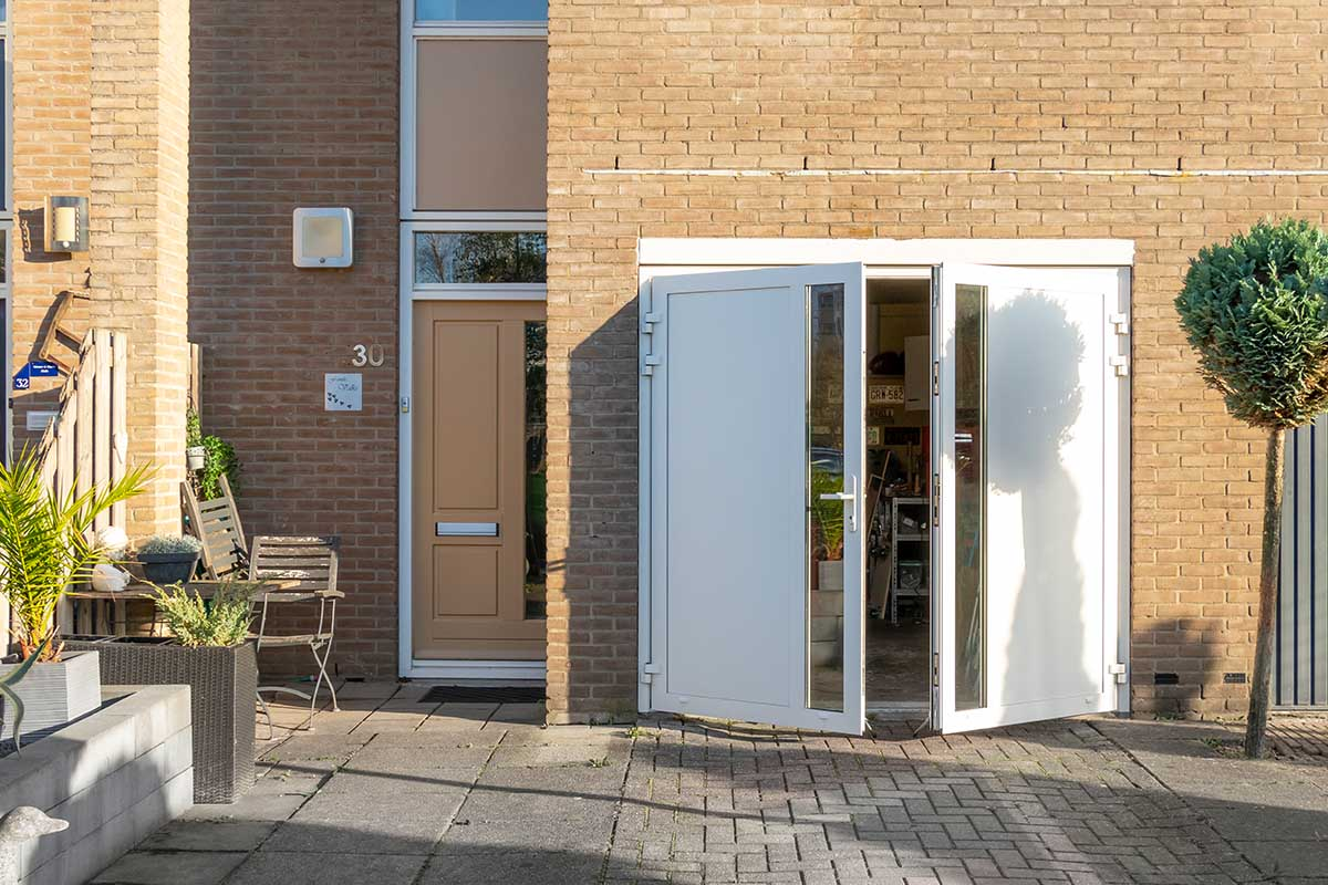 witte-openslaande-garagedeur-glas-verticaal-different-doors (5)