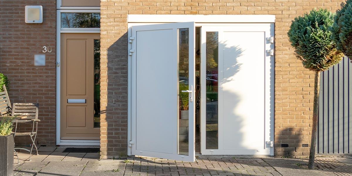 Witte garagedeur openslaande deuren
