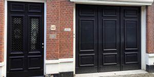 Garagedeur en voordeur monumentaal pand