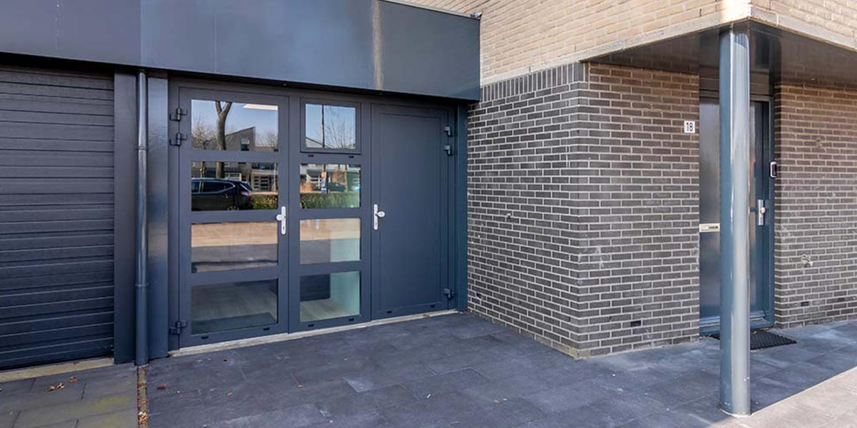 https://garagedeuren.s3.amazonaws.com/20210412133119/openslaande-deuren-kantoor-aan-huis-3.jpg