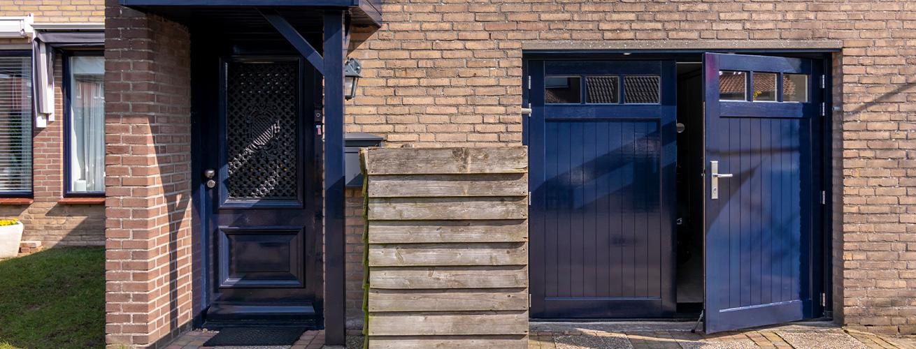houten-openslaande-garagedeur-met-ramen